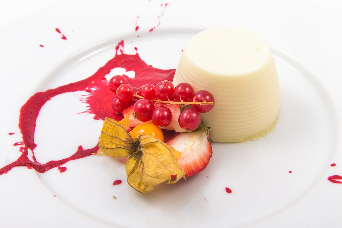 Vanilla panna cotta with raspberry sauce