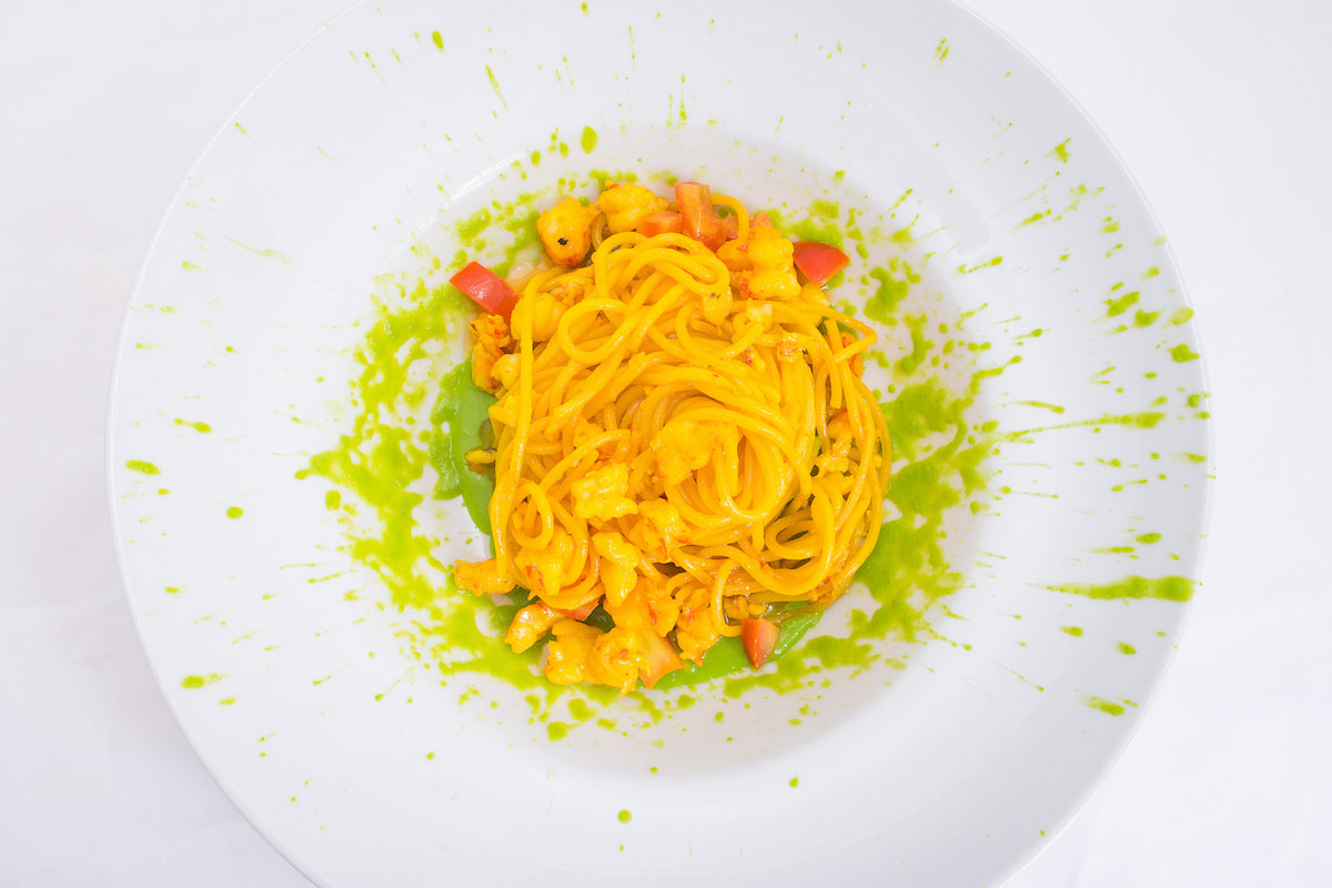 Spaghetti with prawns and saffron on pea cream